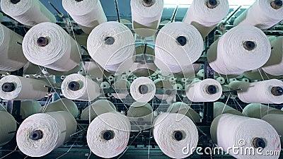 Muitos clews nas fileiras gerenciem em uma cremalheira, bobinando a fibra filme
