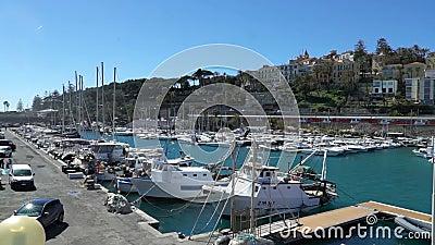 Muitos iate de prazer no porto no Riviera italiano video estoque
