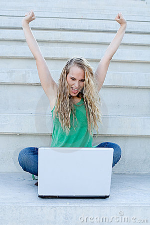Mujer acertada con la computadora portátil