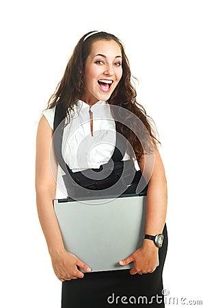 Mujer acertada que sostiene una computadora portátil