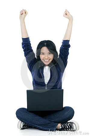 Mujer alegre con la computadora portátil y los brazos levantados