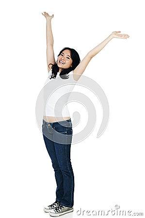 Mujer alegre con los brazos levantados