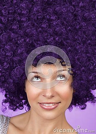 Mujer alegre con tocado divertido del pelo