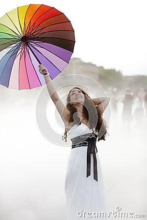 Mujer alegre en niebla