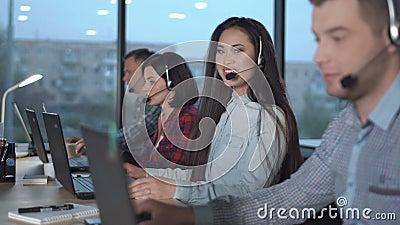 Mujer asiática joven en centro de atención telefónica metrajes