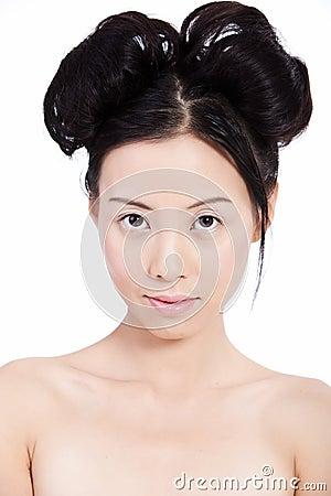 Mujer asiática joven sensual con maquillaje natural