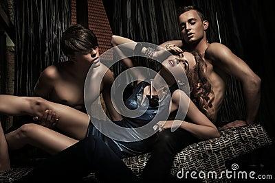 Mujer atractiva adorada por los hombres