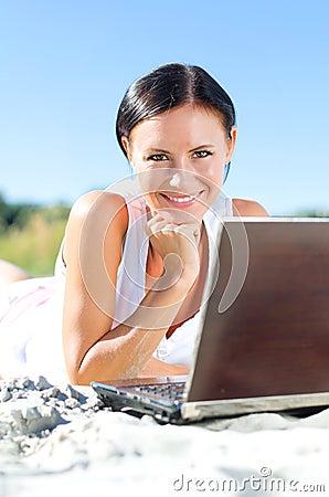 Mujer atractiva con el ordenador portátil