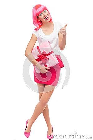Mujer atractiva con el regalo y los pulgares para arriba