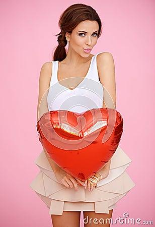 Mujer atractiva con un corazón rojo