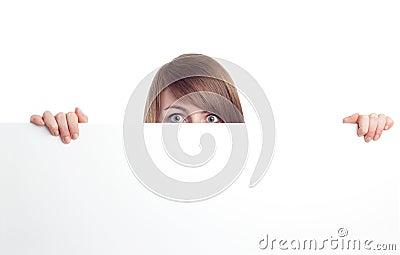 Mujer atractiva detrás de la muestra en blanco. Sonrisa.