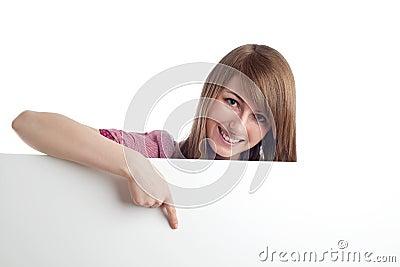 Mujer atractiva que señala la muestra en blanco. Sonrisa.