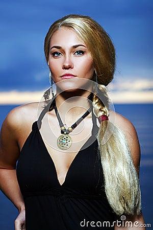 Mujer atractiva y de lujo en el backgroung de la puesta del sol