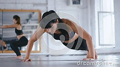 Mujer bella atlética presionando en el suelo en Cross Fitness Gym. Deportista ejerciendo en el gimnasio. Travesía almacen de metraje de vídeo