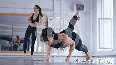 Mujer bella atlética presionando en el suelo en Cross Fitness Gym Deportista ejerciendo en el gimnasio Travesía metrajes