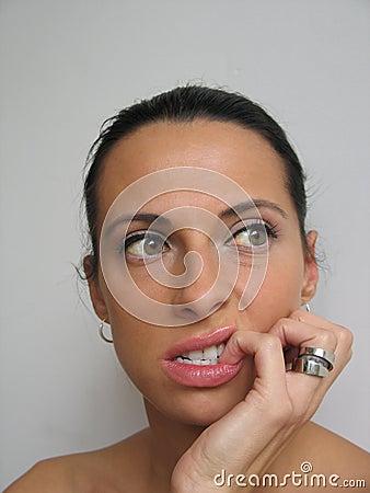 Mujer bitting su clavo