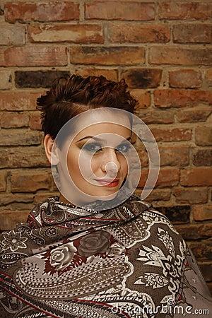 Mujer bonita con corte de pelo corto
