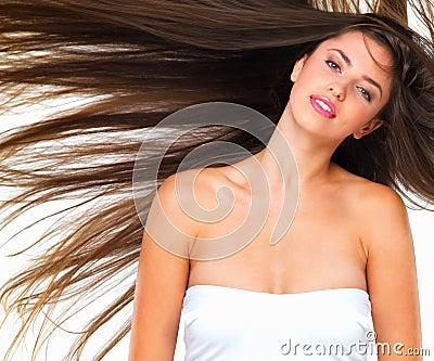 Mujer bonita con el pelo del vuelo