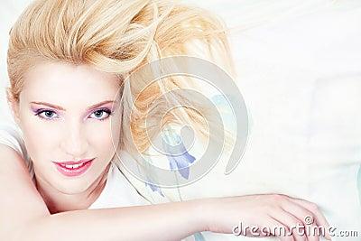 Mujer bonita en la almohadilla
