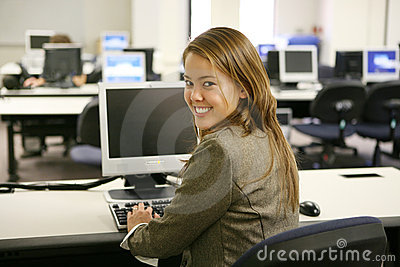 Mujer bonita en laboratorio del ordenador