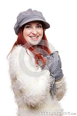 Mujer bonita en sombrero, guantes y bufanda