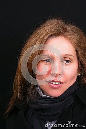 Mujer cabelluda marrón hermosa que mira a un lado