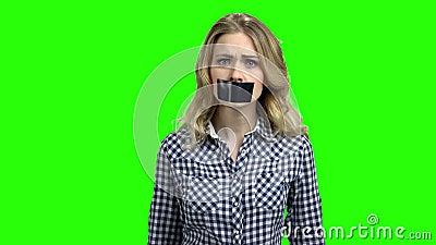 Mujer cauc?sica con la boca cubierta con la cinta metrajes