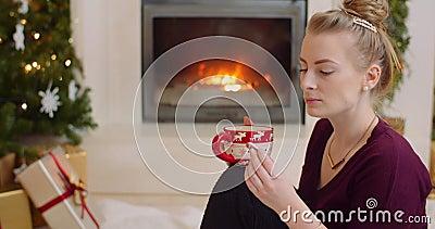 Mujer Comiendo Coca Estrella Mientras Se Saca Con Café almacen de metraje de vídeo
