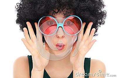 Mujer con afro y las gafas de sol