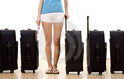 Mujer con cinco maletas