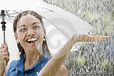 Mujer con el paraguas en la lluvia