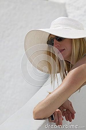Mujer con el sombrero blanco