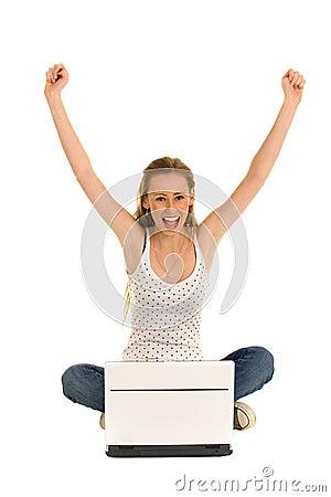 Mujer con la computadora portátil