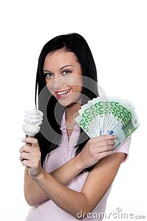 Mujer con la lámpara ahorro de energía. Lámpara de la energía