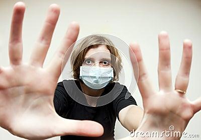 Mujer con la máscara médica