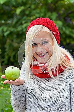 Mujer con la manzana. vitaminas en otoño