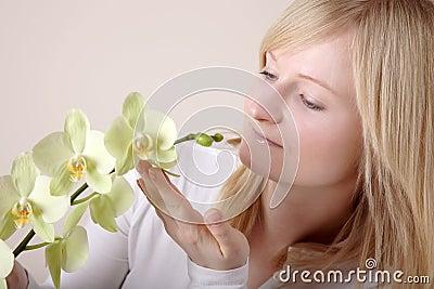 Mujer con la orquídea blanca