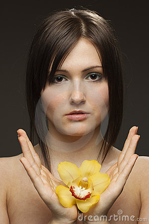 Mujer con la orquídea en sus manos