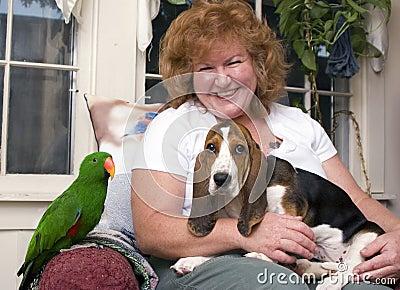 Mujer con los animales domésticos
