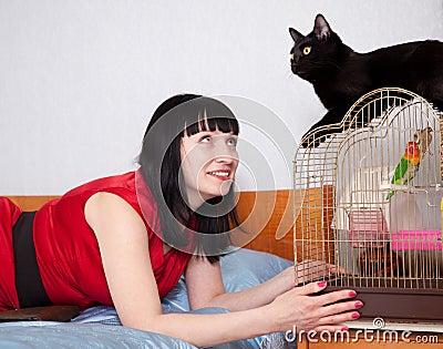 Mujer con los animales domésticos en hogar
