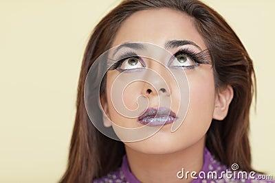 Mujer con los latigazos largos del ojo