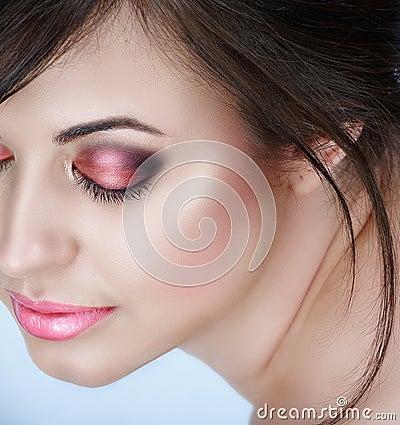 Mujer con los ojos ahumados rosados