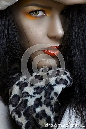 Mujer con maquillaje anaranjado