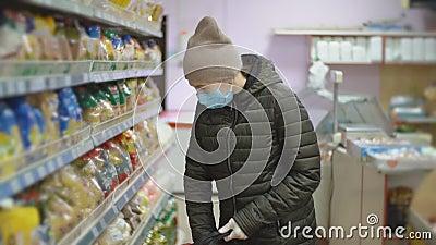 Mujer con mascarilla protectora elige pasta almacen de video