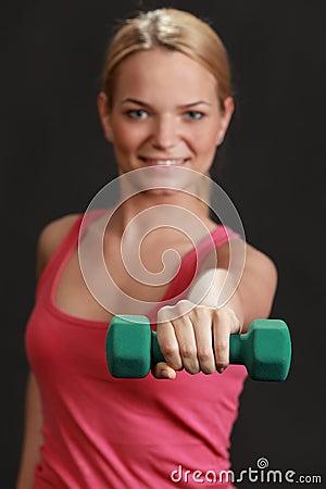 Mujer con pesa de gimnasia
