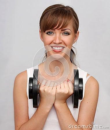 Mujer con pesa de gimnasia grande