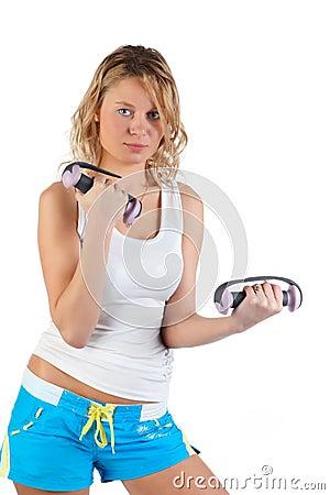 Mujer con pesas de gimnasia.