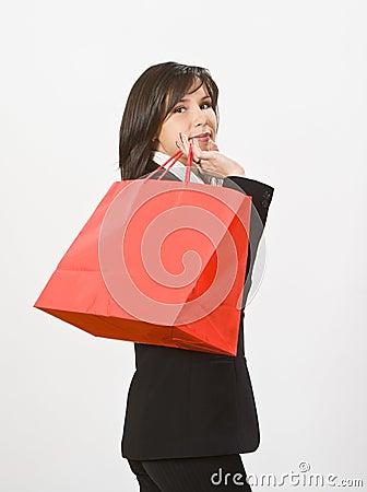 Mujer con un bolso de compras rojo