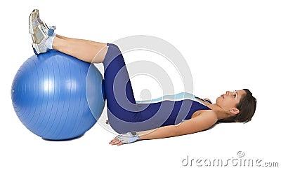 Mujer con una bola de la gimnasia