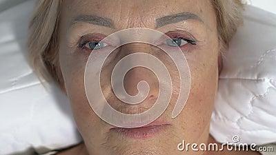 Mujer conmocionada acostada y mirando alrededor, paciente recuperándose del coma metrajes